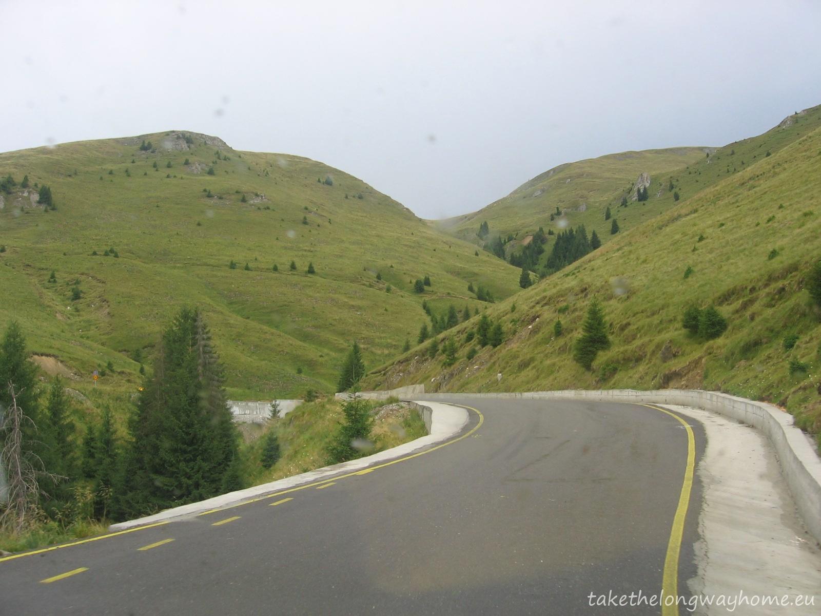 Drumul este îngust dar priveliștea este superbă