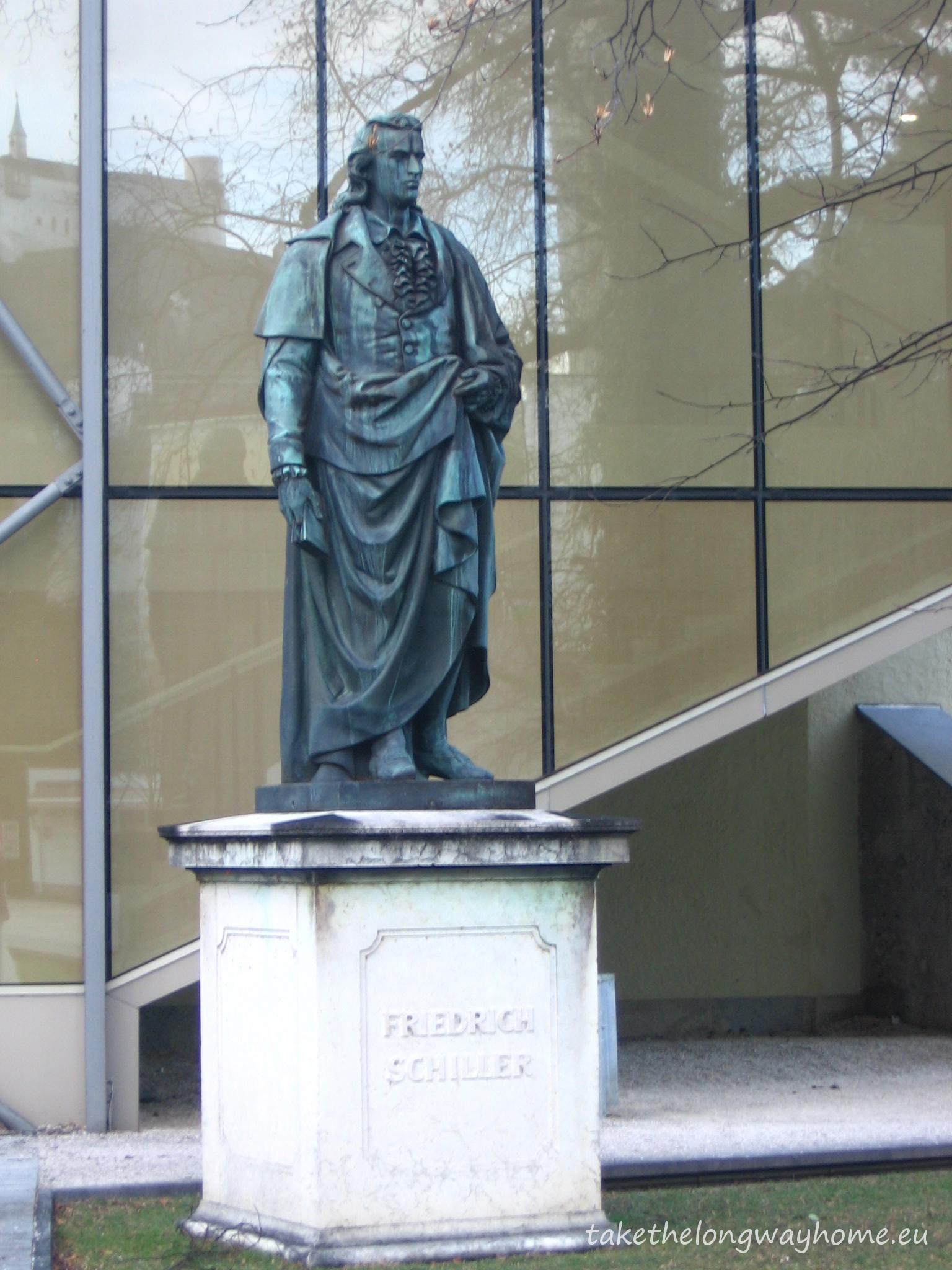Statuia lui Friedrich Schiller in Max-Reinhardt-Platz