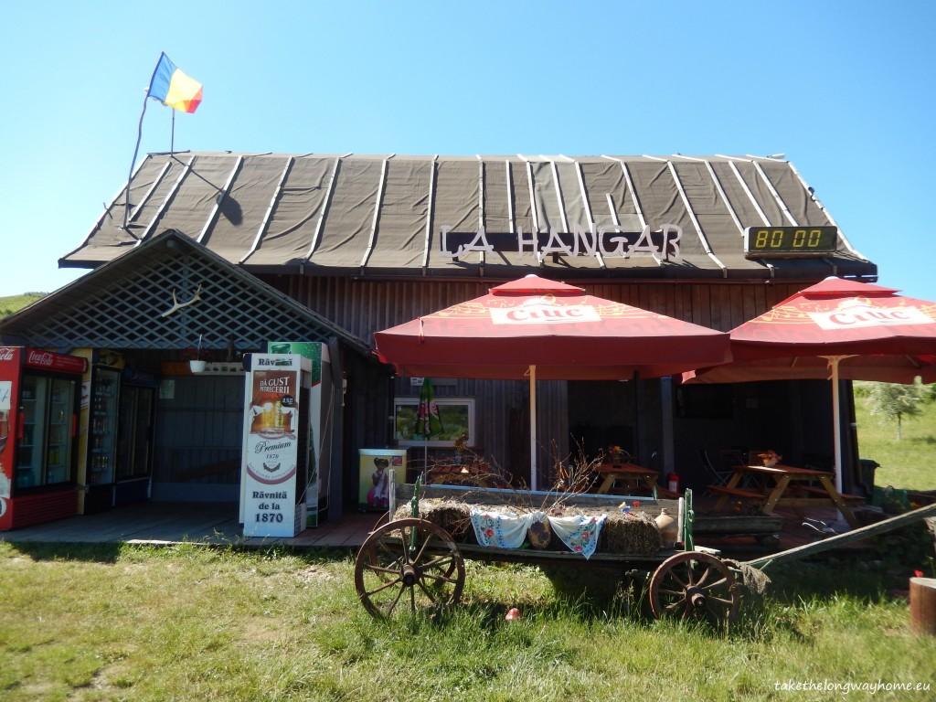 Se poate servi masa la camping, gazdele gătind preparate specifice zonei