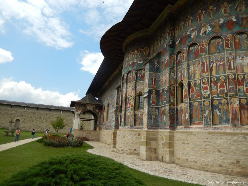Mânăstirea Sucevița se află în apropiere
