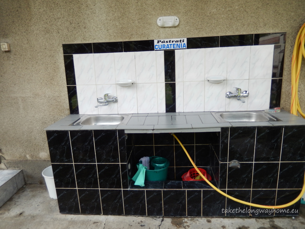 Facilități: electricitate, apă, toaletă, duș, posibilitate golire toaletă chimică, mașină de spălat (contra cost), loc de joacă, piscină, sunt acceptate animale de companie (în lesă). Nu există facilități pentru persoane cu dizabilități. Nu se poate efectua plata cu cardul.