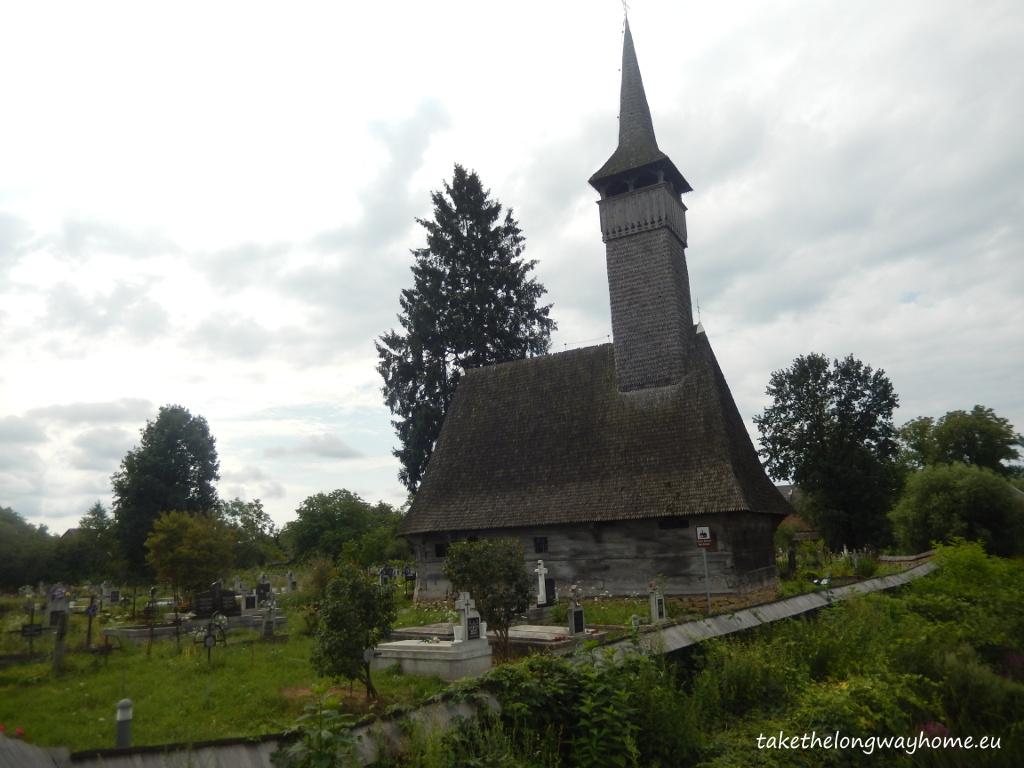 Foarte aproape de camping, o biserică din lemn din anul 1442