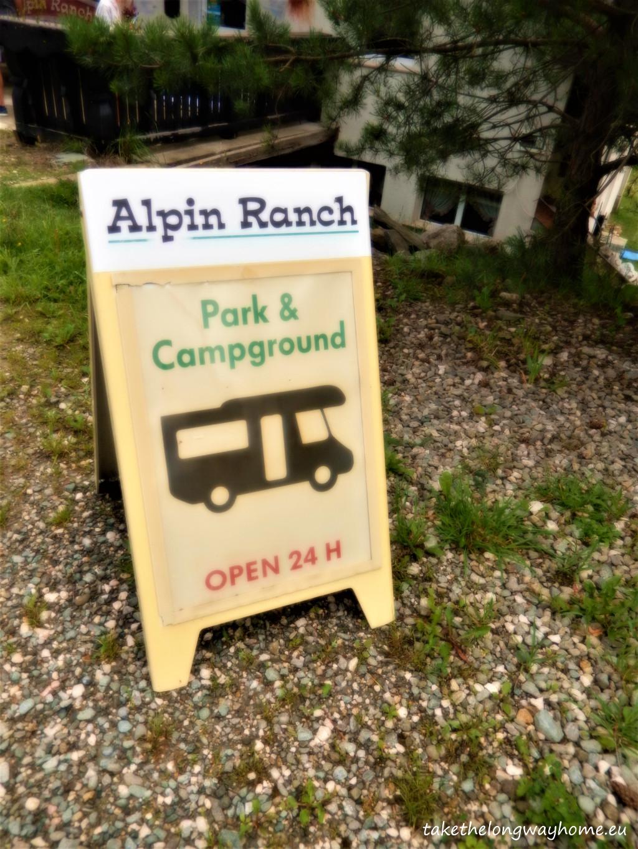 "Loc campare ""Alpin Ranch""; prețuri: 10 euro/ auto + 2 euro/ pers., mașina de spălat rufe 5 euro"