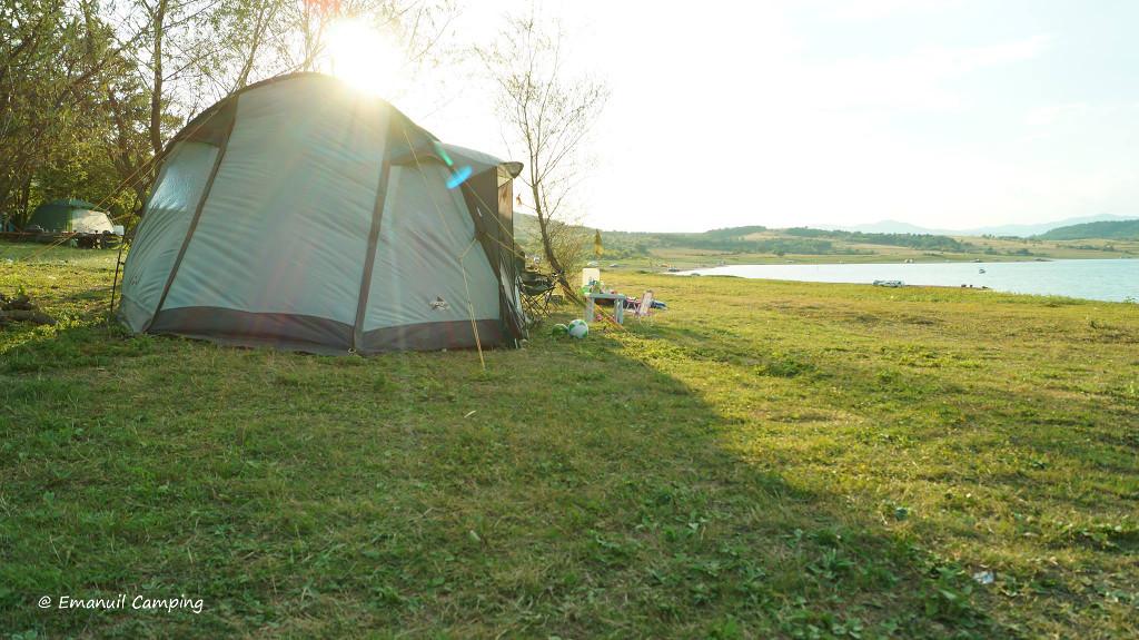 parcela pentru cort pe malul lacului