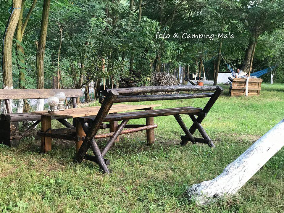Loc pentru luat masa in Camping Mala